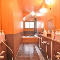 *【風呂/女湯】少し狭いスペースではございますが、檜の香りにほっと落ち着く浴場です。