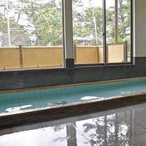 *【風呂/男湯】外の緑を眺めながら。体の芯まで温まってください。