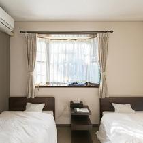 *【客室一例/洋室ツイン】広くはないですが、体を休めるには十分なスペースです。