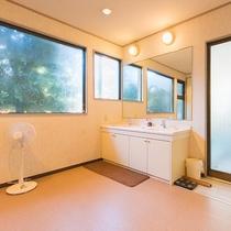 *【風呂/男湯】脱衣所は十分なスペースがございますので快適にご利用いただけます。