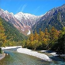 秋の上高地を流れる梓川