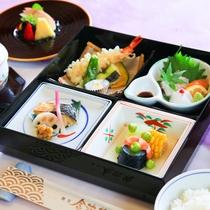 夕食セットメニューの一例(松花堂)