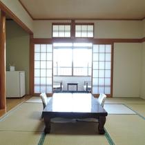 *客室/明るい光が差し込む和室からは小田の浜ビーチが見えます。