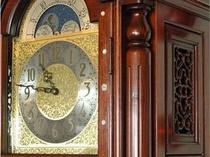ロビーでお出迎えするアンティークな古時計