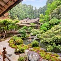 *中庭を望む廊下/四季の移ろいが美しい庭園。心穏やかな気持ちに導いてくれます。