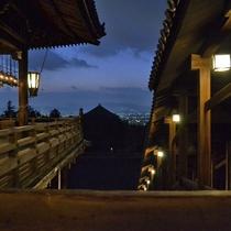 【東大寺二月堂】二月堂の回廊から見える夜景でございます。