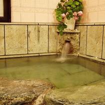 *【貸切内風呂】岩風呂につかってのんびり♪温泉浴を満喫。