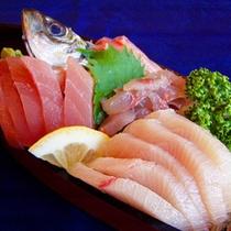 *【夕食一例】新鮮な海の幸を舟盛りをどうぞ。