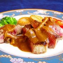 【夕食一例】ボリュームたっぷり。牛ヒレのステーキに舌鼓。
