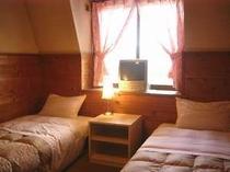 ピンクのカーテンがかわいい2人部屋。