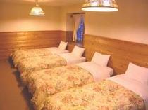 5人部屋。シングルベッドが5台入っています。