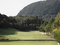 5ホール(PAR4/Back Tee:406Y・Regular Tee:383Y) / 第1打は、右