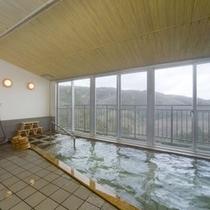 *眼下に広がる信貴山を眺められる展望風呂。24時間入浴可能