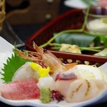 *【ご夕食一例】地元の新鮮食材をはじめ、大阪や三重などから仕入れる旬の食材を使っています