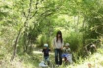 森の散策家族1