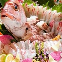 ファミリー&グループわいわいプランのご夕食は、鯛の姿造りつき御膳です。上品なお味をお楽しみください。
