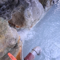 *露天風呂/白濁した温泉は硫酸塩泉。しっとり湯触りのお湯とかすかな硫黄の香りに癒されます。