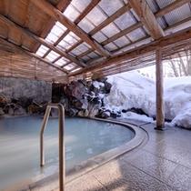 *露天風呂/温かい湯船に浸かりながらの雪見露天。この時期ならではの愉しみ。