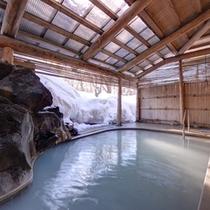 *露天風呂/東北の湯治場として有名な鳴子温泉。降り積もる雪景色を眺めながら贅沢な湯浴みを。