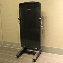 【ズボンプレッサー】 各階エレベーターホールに設置しております。ご自由にお使いください。