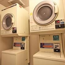 【コインランドリー】1階に2台設置しております。24時間ご利用いただけます。