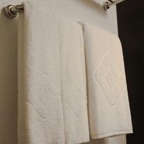 【タオル】大き目サイズのバスタオル1枚、フェイスタオル2枚をご用意。