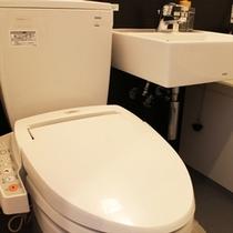 【トイレ&洗面台】トイレはウォシュレット付。洗面台上には便利な物置スペースあり♪