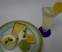 ゴールデンオレンジのデザートプレートと果実酒セット
