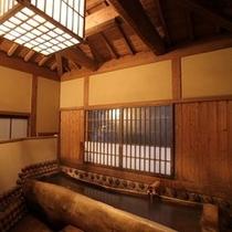 【貸切風呂】松の木を社長がくりぬいた松の木風呂