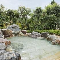 【男性露天風呂】大岩露天風呂は、里山の四季を眺めながらお楽しみくださいませ。