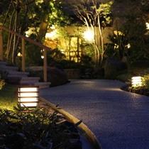 夜の日本庭園。ライトアップされたお庭には趣があります。