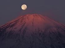 富士山山頂の満月