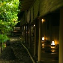 【中庭】雨に濡れ、緑深まる日本庭園を見ることができる6・7月の梅雨の時期が、最もお薦めの時期です。