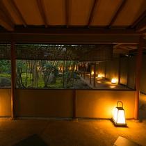 【回廊】行燈の灯りで幻想的な雰囲気に。余計な音を感じない静寂に包まれ、心が穏やかになるのを感じます。