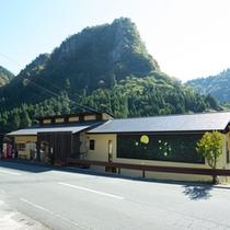 【外観】中津市より車で約55分。雄大な自然に囲まれた耶馬渓に佇む全4室の隠れ宿。カフェも新設!