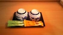 客室の湯のみ、緑茶、ほうじ茶