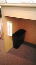 客室の非常用ライトとゴミ箱