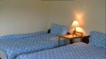 小部屋のベッド