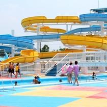 バラエティに富んだ4つのスライダーと3つのプールで夏を満喫!