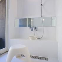【洋室離れ】白で統一された浴室