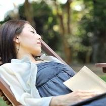 庭で読書2