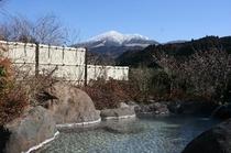 冬の露天風呂露天風呂より雪のわいた山を望む