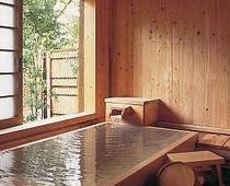 檜内湯付き2間の部屋の檜風呂