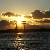 浜名湖に浮かぶ弁天島の鳥居(浜松観光コンベンションビューロ提供)