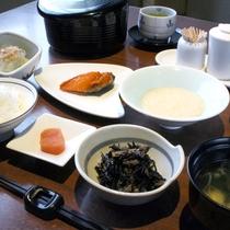 【朝食一例】道内産米「おぼろつき」の白米がススムおかずを添えた純和風の朝ごはん