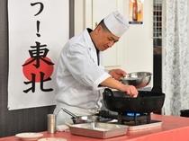 お食事会場で天ぷらを揚げます