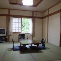 *【和室10畳(客室一例)】落ち着きのある畳敷きのお部屋で、足を伸ばしてお寛ぎください!