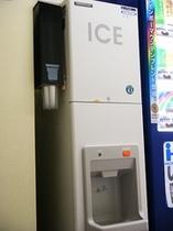 製氷機は4階の自動販売機コーナーにございます。
