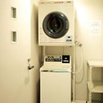 無料ランドリー&乾燥機を客室階の全フロアにご用意(洗剤はフロントにて販売)