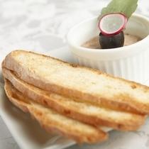 アミューズ 一例 リエットと自家製パン